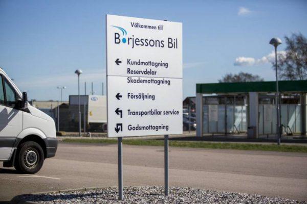 Hänvisningsskylt Börjessons Bil Vit svart med blå logo