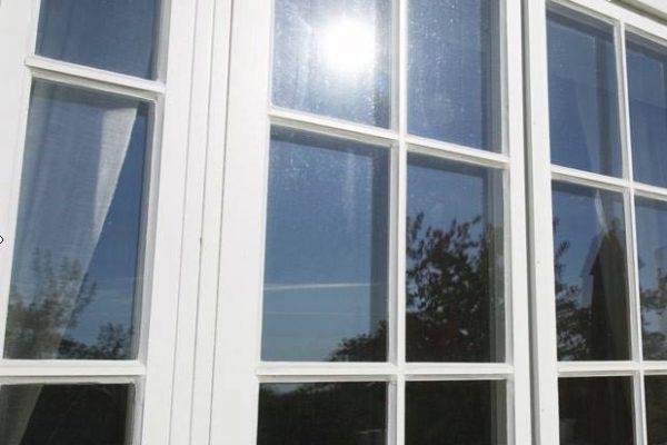 solfilm villafönster spröjsade