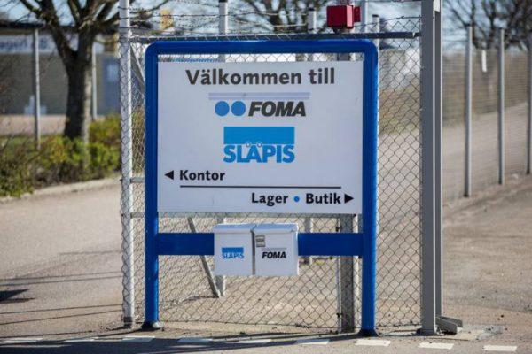 Hänvisningsskylt FOMA vit med svart text och blå ställning