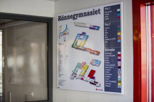 Informationsskylt Rönnegymnasiet med karta, färgglad