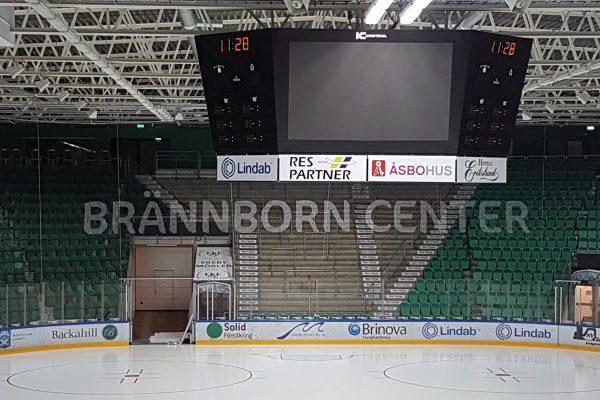 Arenareklam Brännborns center Lindab Arena Vita bokstäver på nät