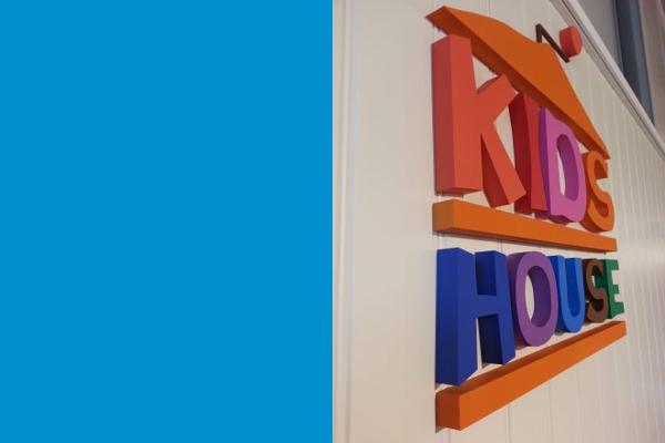 Frigolitskylt Kids House färgglad, lackad